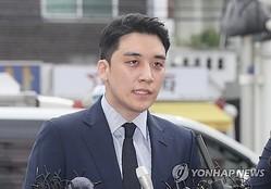 警察に出頭したイ・スンヒョン氏=28日、ソウル(聯合ニュース)