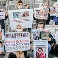 トルコ・イスタンブールの中国領事館前で消息不明の親族の写真を掲げ、新たな犯罪人引き渡し条約に抗議するトルコ在住ウイグル人(2020年12月30日撮影)。(c)BULENT KILIC / AFP