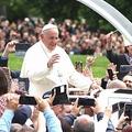 ミサに集まった参加者に手を振って応える教皇フランシスコ=2019年5月、ブルガリア