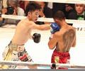 <拳四朗×ジョナサン・タコニン>2R、攻め立てる拳四朗(撮影・北條 貴史)