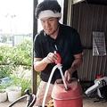 ガソリン携行缶で四輪バギーに給油する橋本さん。最寄りのガソリンスタンドで給油を断られた(千葉県白井市で)