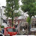 爆発した店舗を現場検証する福島県警の捜査員ら=2020年7月31日午前10時22分、同県郡山市島2丁目、田中基之撮影