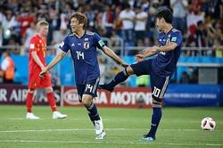 乾に蹴りを入れ、ゴールを祝福する香川 photo/Getty Images