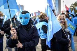 2018年10月、スイスのジュネ—ブで国連人権理事会が開かれた。会場周辺で、中国共産党政府による弾圧に抗議活動を行うウイグル族(FABRICE COFFRINI/AFP/Getty Images)