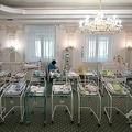 代理母出産で生まれ、実親の引き取りを待つ赤ちゃんを世話する看護師。ウクライナ・キエフのホテルで(2020年5月15日撮影)。(c)Sergei SUPINSKY / AFP