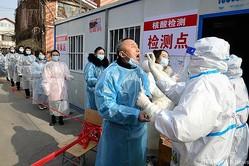 中国・河北省で、住宅地に設置された新型コロナウイルスの仮設検査所(2021年1月16日撮影)。(c)STR / CNS / AFP