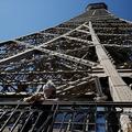 営業を再開した仏パリのエッフェル塔から景色を眺める人(2020年6月25日撮影)。(c)Thomas SAMSON / AFP