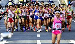 昨年12月20日に開催された女子の全国高校駅伝で1区で力走する各校の選手たち=代表撮影