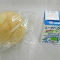 堺市立の定時制高校で出されていた給食の一例。このようなパンと牛乳が提供されていた(提供写真)