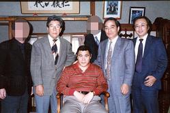左から(1人おいて)映画プロデューサーの俊藤浩滋氏、5代目山口組・渡辺芳則組長、(1人おいて)5代目山口組・宅見勝若頭、山之内幸夫氏