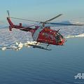 北極海にあるカナダのデボン島上空を飛行するカナダ沿岸警備隊のヘリコプター(2015年9月27日撮影、資料写真)。(c)Clement Sabourin / AFP
