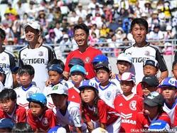 子供たちと記念撮影するMF香川真司