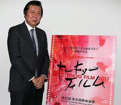 取材に応じた久松猛朗 フェスティバル・ディレクター