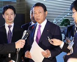 閣議後、消費税引き上げについて記者団の質問に答える麻生太郎副総理兼財務相=1日午前、首相官邸(春名中撮影)