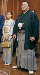 日馬富士の暴行事件の真相は?(写真は妻と)