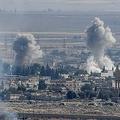 トルコ軍の越境軍事作戦により攻撃されるシリアの町ラスアルアイン。トルコ側のジェイランプナルから撮影(2019年10月14日撮影)。(c)Ozan KOSE / AFP