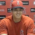 試合前の会見で本塁打競争出場について語る大谷