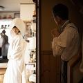 結婚式の準備をする娘と緊張しつつ見守る父親 スナップ写真に反響