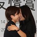 ソウル市内のホテルで開かれた授賞式で抱き合う李相花選手(右)と小平奈緒選手=7日、ソウル(聯合ニュース)