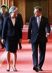 謝罪を拒む韓国の康京和外交部長官と文大統領