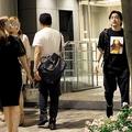 とくに酔っている様子も見せなかった山田孝之。淡々とした表情で美女たちと別れると、一人でコンビニに入り、ミニボトルの白ワインを2本購入。そのままタクシーに乗り込み街中へ