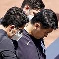 スタッフに支えられながらグラウンドを離れるヤンキース・田中将大【写真:Getty Images】