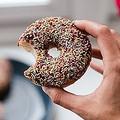 甘いものや炭水化物 ストレスを感じると欲する理由を脳科学者が解説