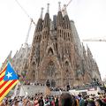 スペイン北東部カタルーニャ州バルセロナで18日、同州の独立を支持する人々が押し寄せたサグラダ・ファミリア教会(ロイター)