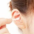 放置した耳垢を耳鼻科で診てもらうと、鼓膜を塞いでいる状況に