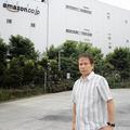 アマゾン市川フルフィルメントセンター(千葉)の前に立つ横田増生氏