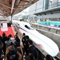 東京駅を出発する東海道新幹線の新型車両N700S=2020年7月1日午前6時、東京駅、加藤諒撮影