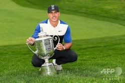 男子ゴルフ米国ツアーメジャー第2戦、第101回全米プロゴルフ選手権最終日。トロフィーを前に優勝を喜ぶブルックス・ケプカ(2019年5月19日撮影)。(c)Ross Kinnaird/Getty Images/AFP