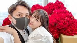 結婚を報告した浜田翔子(右)とカブキン(左)