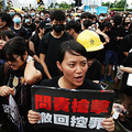 行政長官弁公室前で林鄭月娥・行政長官の退任を求めるデモ参加者=2019年6月17日、香港、竹花徹朗撮影