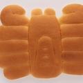 カニの形の「かにぱん」は1974年生まれ(三立製菓提供)