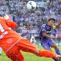 2012年に広島がリーグ初優勝を決めたセ大阪戦でPKを決める佐藤寿人=朝日新聞
