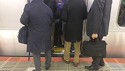 満員電車の3密を避けるため、あらゆる策を講じるJR東日本