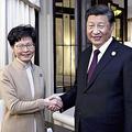 4日、上海で会談する香港政府の林鄭月娥行政長官(左)と中国の習近平国家主席(新華社AP)