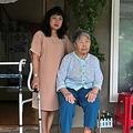 エマ・スマンポンさん(左)と義母。韓国・江原道の山村にある自宅にて(2019年8月30日撮影)。(c)Jung Yeon-je /AFP