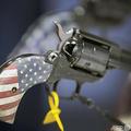 米インディアナ州インディアナポリスで行われた全米ライフル協会のイベントで展示された拳銃(2019年4月27日撮影、資料写真)。(c)Scott Olson/Getty Images/AFP