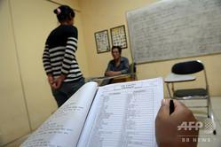 インドネシアの首都ジャカルタで、香港やマレーシア、シンガポール、台湾への派遣に備えて中国語のレッスンを受けるインドネシア人のメイド(2014年1月27日撮影、資料写真)。(c)ROMEO GACAD / AFP