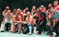 デビュー30周年記念試合を行った長井満也(全列右から3人目)と握手をする藤波辰爾