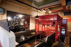 店内はオールドアメリカンな明るい雰囲気。プライベート感の高いロフト席や、最大8人まで入れる隠れ家のような雰囲気のテーブル席も備えている