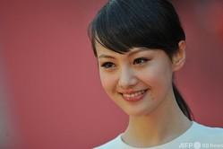 香港で開催された映画祭に登場した人気女優の鄭爽さん(2012年4月5日撮影)。(c)AARON TAM / AFP