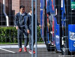 カザンの宿舎を出発するチームバスに乗り込むFW岡崎慎司
