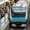 JR京浜東北線大井町駅のホームは、列車の到着を待つ人たちであふれていた=2021年5月6日午後5時22分、東京都品川区、林敏行撮影
