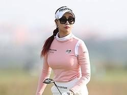 """「非現実的だ…」美女ゴルファー、ユ・ヒョンジュの""""圧巻美ボディ""""に反響続々【PHOTO】"""