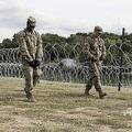 米テキサス州ラレドで有刺鉄線を張る兵士ら(2018年11月17日撮影、資料写真)。(c)Thomas WATKINS / AFP