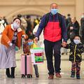 中国・武漢の駅構内を歩くマスク姿の人々(2020年1月21日撮影)。(c)AFP