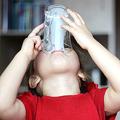 飲むヨーグルトを飲む子ども